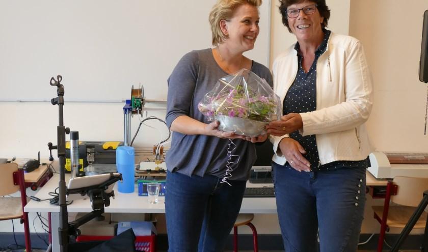 Overhandiging boeket aan Rita Oldenhave (links) door Jannie Rexwinkel (rechts)