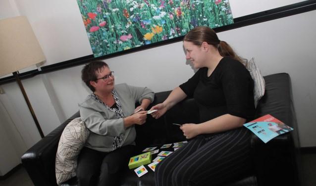 """Jolanda Timmer in gesprek met een jongere. """"De jongere bepaalt waaraan hij of zij wil werken."""" foto: Grietje-Akke de Haas)"""