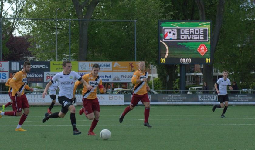 ASWH-middenvelder Nick Slotboom is op weg om het vierde doelpunt te scoren. (FOTO:  Philip Schmidt)