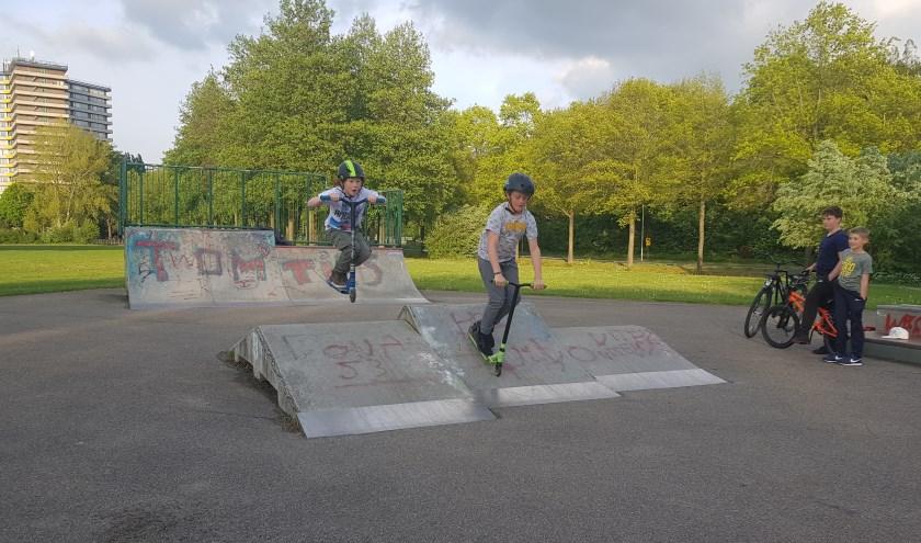 Mocne Hofhuis en David Viguurs willen graag op de skatebaan in Noordwest meer stunten met hun steps. (foto: Kees Stap)