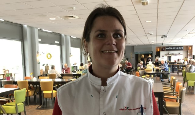 """Helma Leppers koos voor de combinatie van werken en leren via de Beroeps Begeleidende Leerweg (BBL) bij Vitalis: """"In de ouderenzorg kun je écht iets voor iemand betekenen."""""""