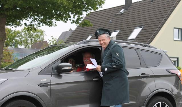 Jan Lammers, in een oud douane-uniform, deelt flyers uit aan de familie Schutte uit Aalten bij de grensovergang Heurne-Hemden bij Aalten.
