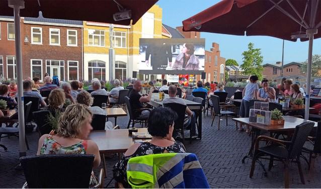 Mensen die kijken naar een film tijdens de BuitenBios.