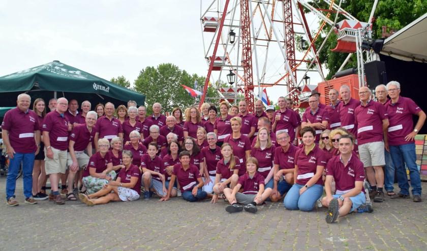 De deelnemers aan de vierdaagse zijn weer herkenbaar aan een uniek shirt. (eigen foto)