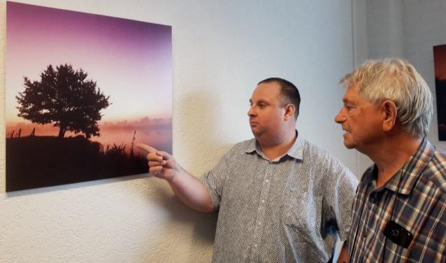 Fotograaf Benny van de Werfhorst (links) bespreekt een van zijn landschapsfoto's met collega Aart Veldman. (Foto Margaretha Coornstra)