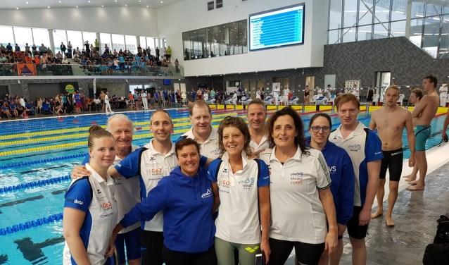 De succesvolle ZVVS-zwemploeg, met op de voorgrond tweede van links uitblinkster Karin Stein (FotoPaul van de Heuvel).