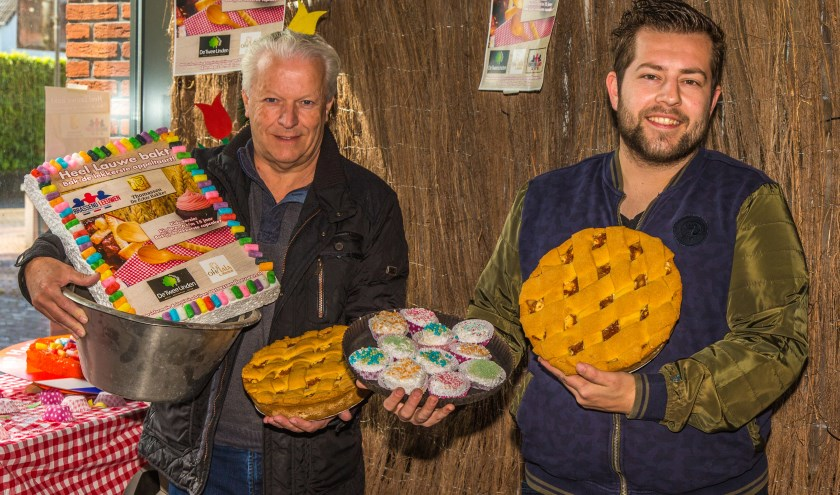 Hans van Leeuwen (links) en bakker Jelle Thomassen. (Foto Berco Buter)