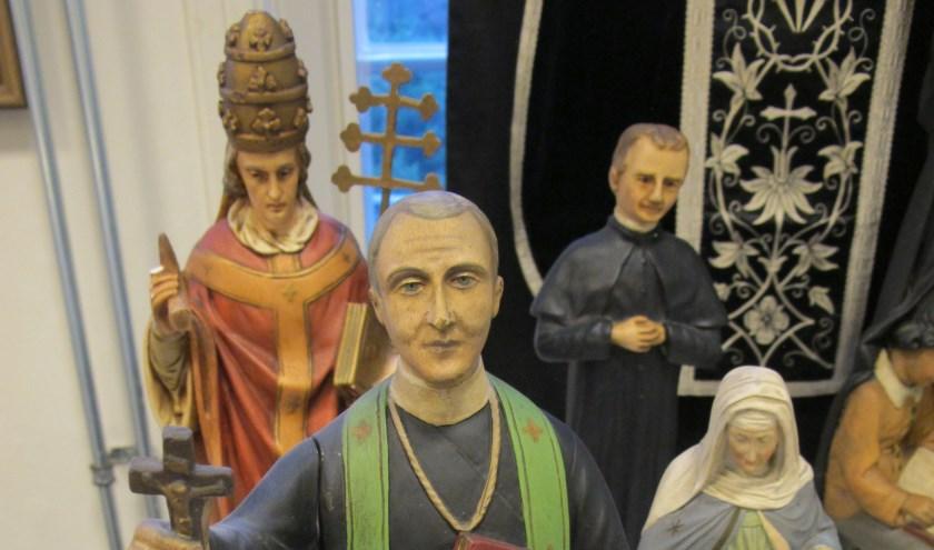 Heiligenbeelden uit de collectie devotionalia van Ben ver Ven die in MUBO zijn tentoongesteld. Foto: MUBO.
