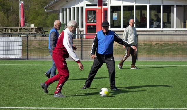 Iedere woensdagochtend komen Vughtse zestigplussers naar de velden van Zwaluw VFC om daar mee te doen aan Walking Football.