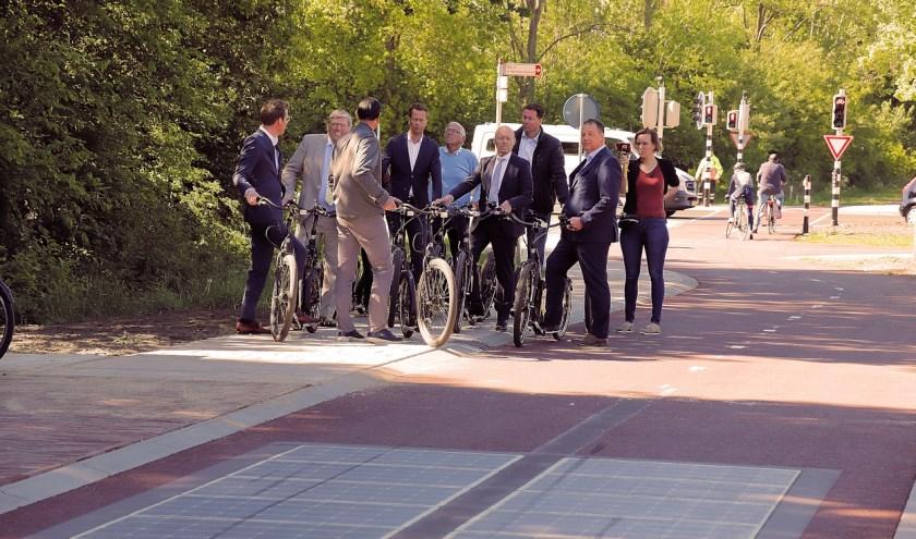 Medewerkers van BAM Infra en provincie en bestuurders van gemeenten en provincie bij de Wattway in het fietspad naast de N324. (foto Jan Maissan)