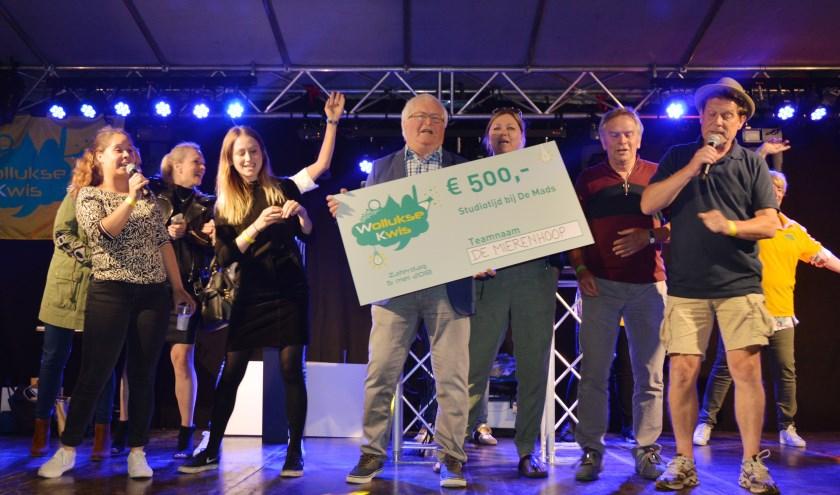 Familie Van Mierlo, oftewel Team De Mierenhoop, bij de bekendmaking van het nieuwe Waalwijkse Volkslied vorig jaar. Vanaf nu is het lied ook online te beluisteren. Foto: Sjaak de Bie/Wollukse Kwis