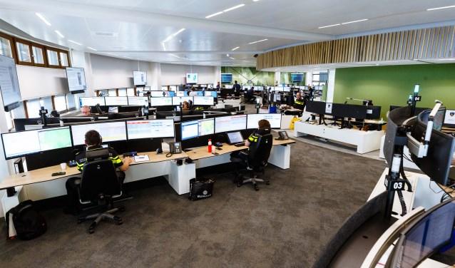 Ambulancezorg, brandweer, politie en Koninklijke Marechaussee werken straks in een netwerk van tien samenwerkende meldkamers, die elkaars taken kunnen overnemen als dat nodig is en 24/7 beschikbaar en bereikbaar zijn.