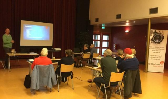 Aandachtige deelnemers bij de workshop 'Veilig het internet op' in Hattem. Dinsdag 28 mei is de cursus in Epe.