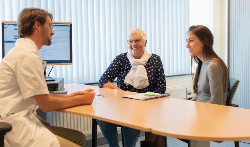 Reumatoloog Jos Hoes met MedGezel Mirte Bloeme en mevrouw Vermaas-Hoek.