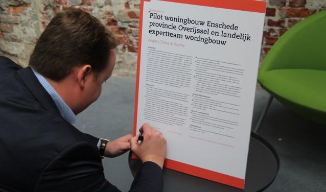 """""""Dit is een mooie kans voor Enschede"""", aldus wethouder Jeroen Diepemaat bij de ondertekening van de intentieverklaring."""