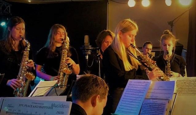 Enkele jeugdige hoofdrolspelers op saxofoon.