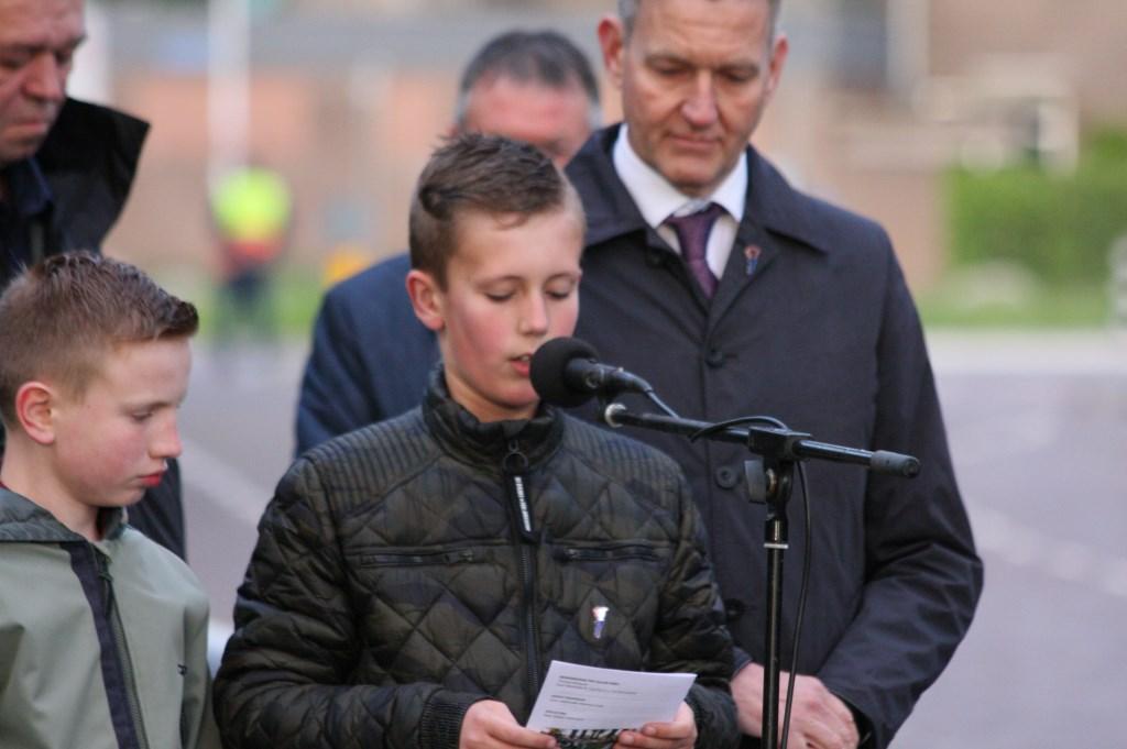 Leerlingen lazen de namen voor van gesneuvelde soldaten in, en verzetstrijders uit Lichtenvoorde    © Persgroep