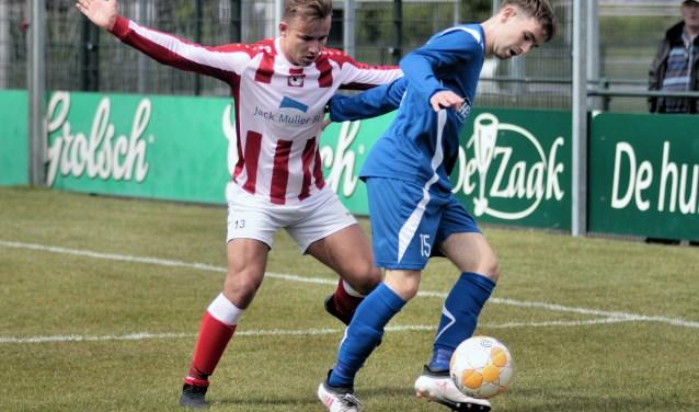 Luc Verhoeven en Jurrien Aalbers in een onderling duel uit de eerste helft van de wedstrijd.