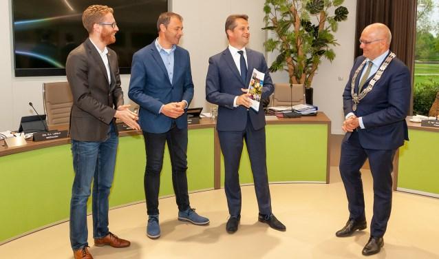 Tijdens de raad van 6 mei ontving burgemeester Jan Heijkoop het eerste exemplaar van het nieuwe Actieplan Lokale Economie. (FOTO: Cees van Meerten FotoExpressie)