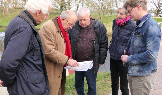 Overleg tussen Anton Harbers, Frederik Hilwig, Jacquie Buijs, Bart Beaard en streekarchivaris Hildo van Engen bij het Drongelens Kanaal.
