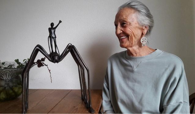 Tineke Thielemans bij haar beeld 'The Battle' : een spin die triomfantelijk bereden wordt door een jonge vrouw.