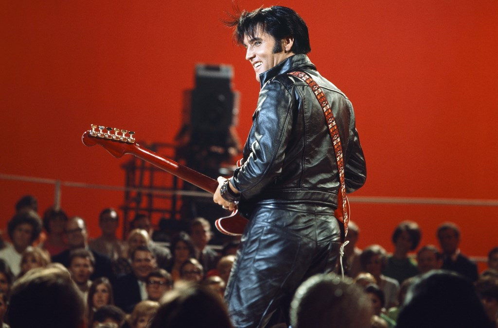 Elvis in zijn zwart leren pak, 1968.