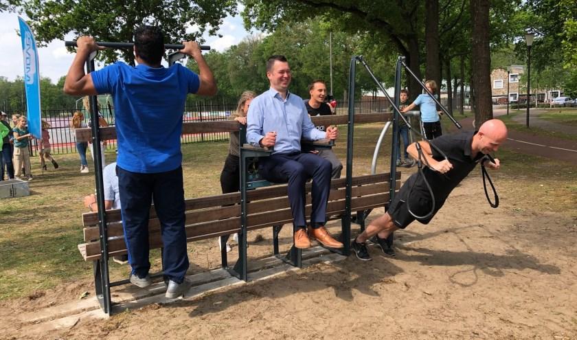 Wethouder Toine van de Ven (midden) probeert het sporttoestel uit.