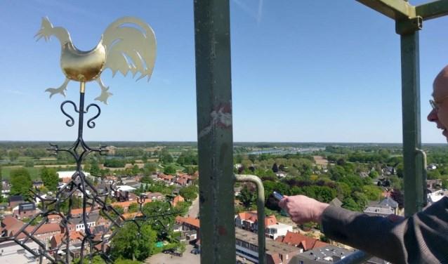 Pater Luc Janssens zegent haantje en kruis op de toren van de basiliek (Foto: OLV-parochie Boxmeer)