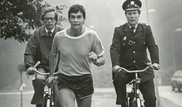 Van den Kroonenberg tijdens de protestloop tegen de bezuinigingen van minister Deetman in 1985. Links op de fiets burgemeester Ko Wieringa van Enschede.