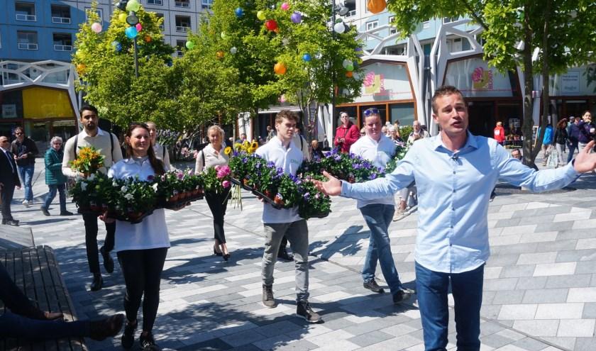 Tuinexpert Ivo Putman gaf met zijn crew het startschot voor een groene make-over van Cityplaza. Foto: Louise Mastenbroek