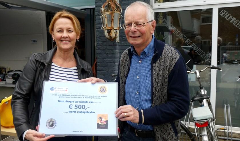 De overhandiging van de cheque van 500 euro.Foto: Ad Kraamer