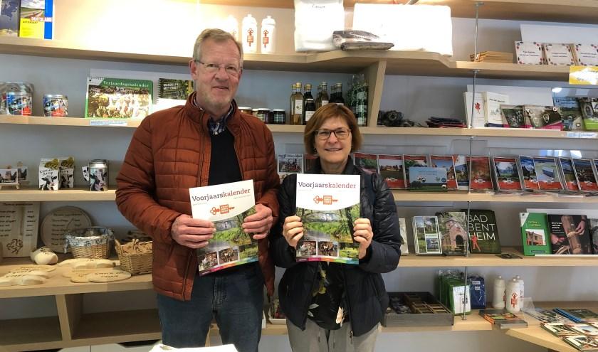Bezoekers bij de VVV met de voorjaarskalender. Er liggen exemplaren op voorraad.