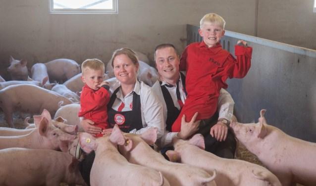 Judith, Franz en hun twee zonen tussen de wroetvarkens. Vrijdag 10 mei kan iedereen dit wroetvarkenvlees komen proeven in de foodtruck van Stichting De Wroetstal. (foto: PR)