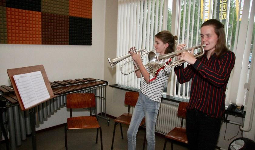 Evi Grievink en Iris Rouwhorst van muziekschool Boogie Woogie.