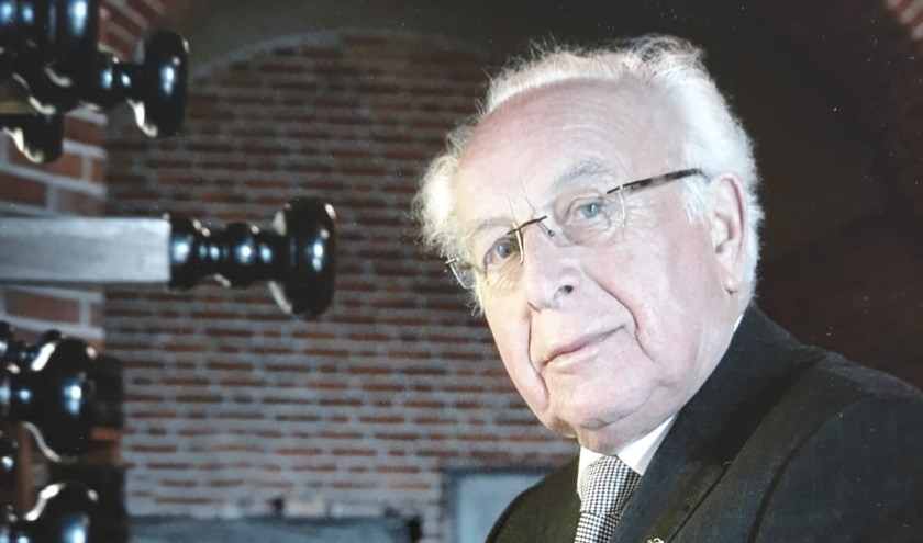 Arnold Tromp (86) is al 65 jaar als koster verbonden aan de kerk in Winssen. (foto: archieffoto)
