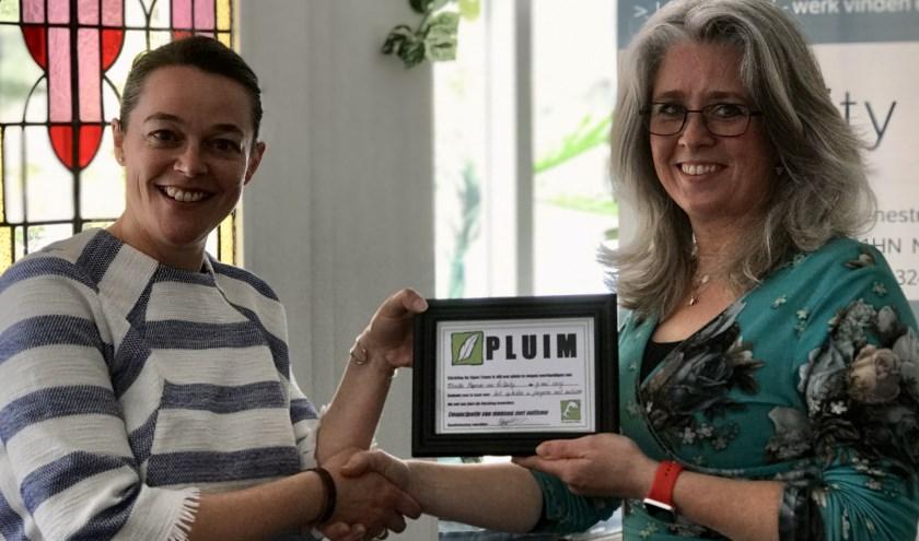 Uitreiking van de pluim door Rianne Jansen van stichting Op Eigen Tenen aan Mireille Hopman, oprichtster van TriUnity
