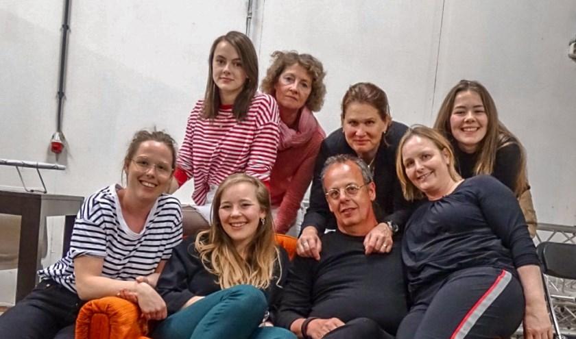 De cast van het theaterstuk Hemelse Vreugde mer rechts vooraan Marlies Hoving.