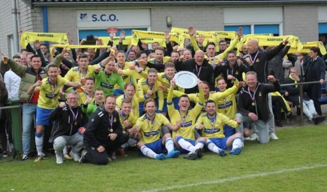 DESK werd in Osterhout door de 1-3 winst op SCO kampioen. De ploeg uit Kaatsheuvel keert na twee seizoenen derde klasse terug naar de tweede klasse en wilde dat zondag natuurlijk weten. Foto: Privé DESK