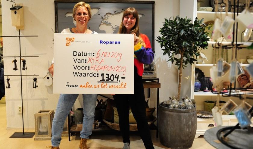 Er is een cheque met het eindbedrag van €1304 aan het Roparunteam van Gemiva overhandigd. (foto: pr)