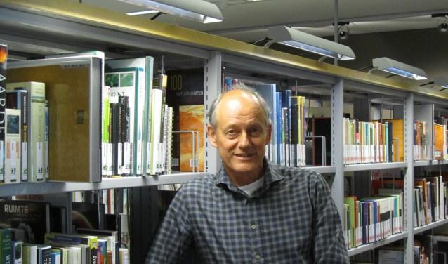 Ruud Hakvoort in de Helmondse bibliotheek.