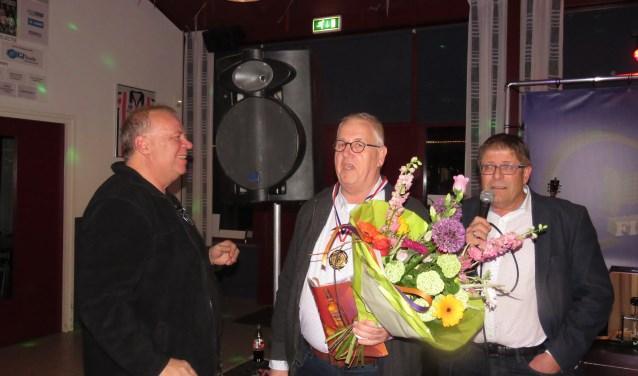 'Vrijwilliger van het Jaar' Pierre Schalken neemt de felicitaties in ontvangst. Foto: Johan Kuijsten