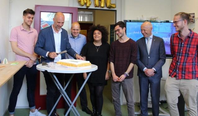 Vertegenwoordigers van startups en Martijn de Groot (REshape) snijden de taart aan.