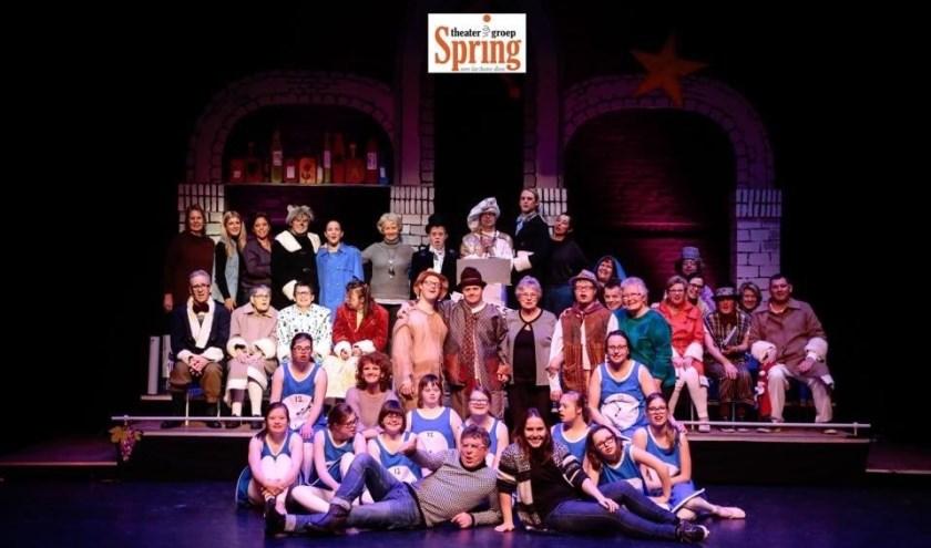 De leden en vrijwilligers van Theatergroep Spring hebben ook dit jaar weer een mooie voorstelling gemaakt: 'Reis mee met Spring'.
