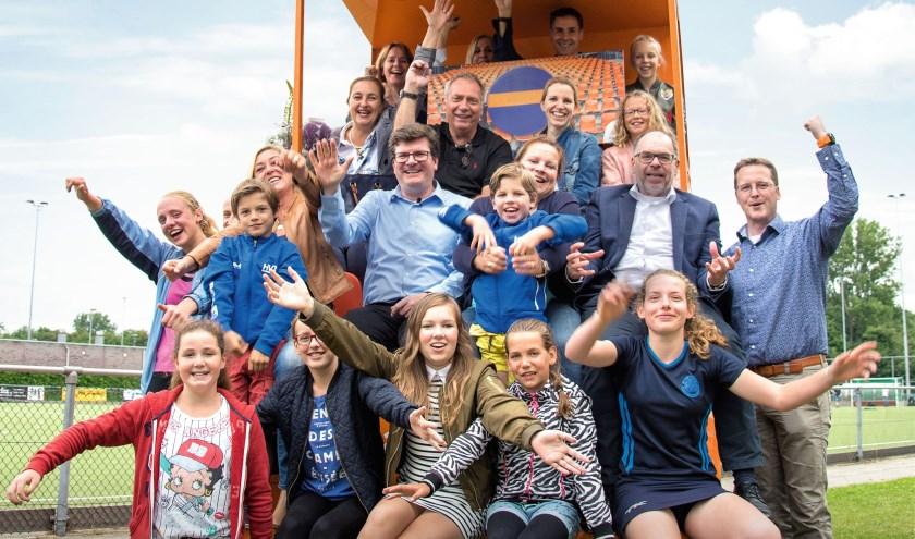 Blije gezichten bij veel verenigingen. Ook dit jaar gaat de Rabobank Arnhem en Omstreken weer veel geld verdelen. (foto: PR)