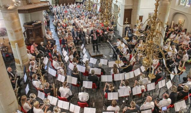 Een volle kerk luister naar het orkest