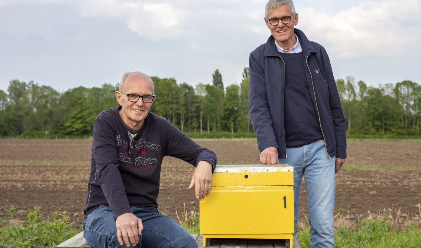 Gerrie Arends en Jos van Nistelrooy met een prototype van een bijenkast. (foto: Bas Bakema)