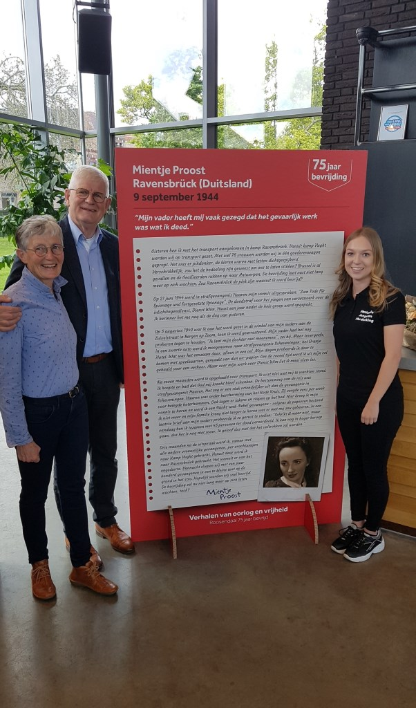 Dochter van Mientje Proost (links) poseert bij oorlogsverhaal van haar moeder. Foto: NJH Roosendaal © Persgroep