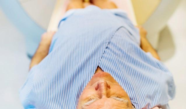 Een patiënt ligt klaar voor een CAT Scan om prostaatkanker op te sporen. FOTO: MMC.