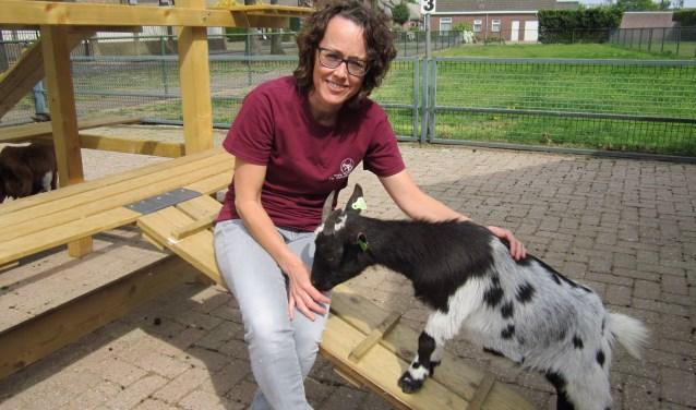 Laura van Putten met één van de boerderijdieren. Samen met de rest van De Beestenbergh vieren zij straks het 25-jarige jubileum.