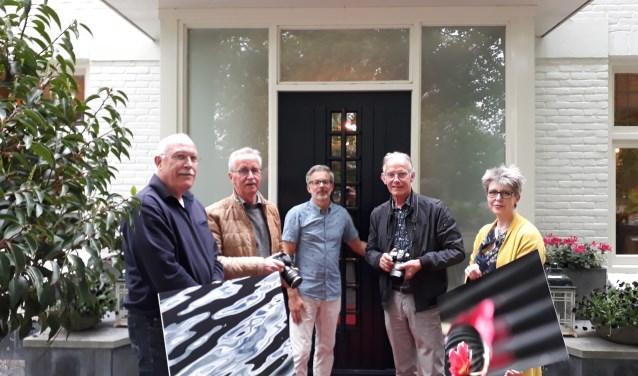 Van links naar rechts: Ben, Anne, gastheer Michiel, Tjeerd en Ali. Evelien, Siep en Jan ontbreken op de foto. (foto: Ceciel Bremer)